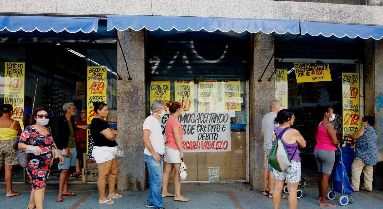 Confiança do consumidor recua 6,5 pontos em setembro, diz FGV