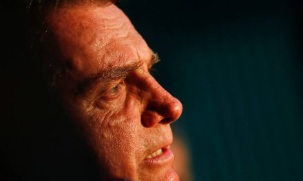 Com obstrução intestinal, Bolsonaro é internado em São Paulo