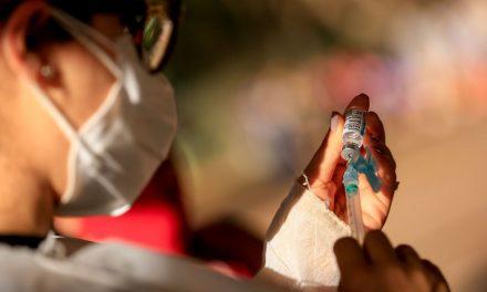 Restrição de idade para AstraZeneca zera coágulos raros, diz estudo inglês