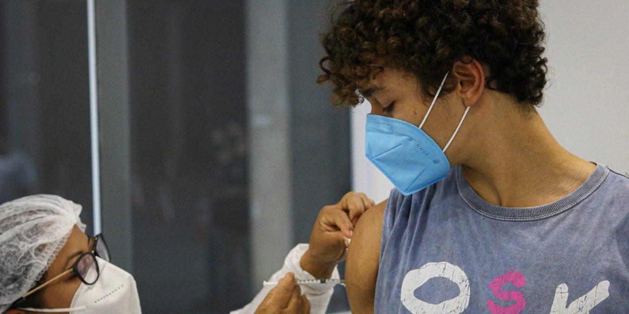 Goiânia retoma a vacinação contra a Covid para adolescentes de 12 a 17 anos e moradores acima de 18