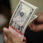 Dólar chega R$ 5,74 e acumula alta de mais de 10% no ano